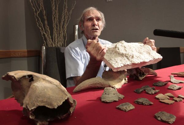 Sid Kroker displays a plaster cast of a moccasin footprint discovered during an archeological dig prior to the construction of the Canadian Museum for Human Rights. (Wayne Glowacki / Winnipeg Free Press files)