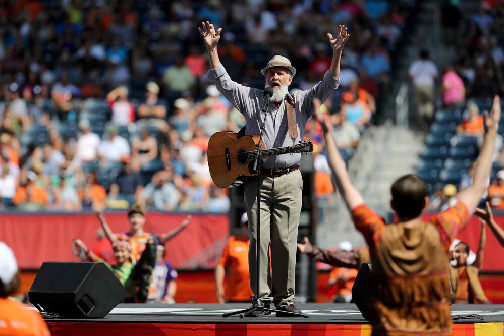 Fred Penner performs at the closing ceremonies, Sunday.<br>