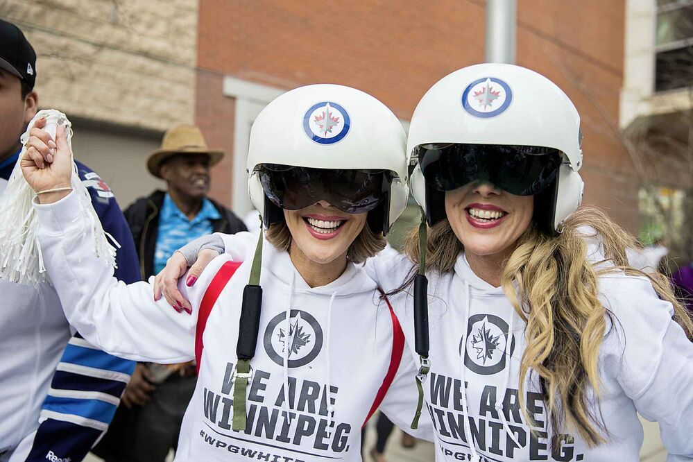 MIKAELA MACKENZIE / WINNIPEG FREE PRESS<br>Liesa Guenther (left) and Colleen Kramer get ready to watch the game at the Jets whiteout party on Donald Street in Winnipeg on Wednesday, April 11, 2018. <br> Mikaela MacKenzie / Winnipeg Free Press 2018.