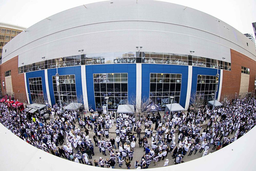 MIKAELA MACKENZIE / WINNIPEG FREE PRESS<br>The Jets whiteout party gets started on Donald Street in Winnipeg on Wednesday.<br>