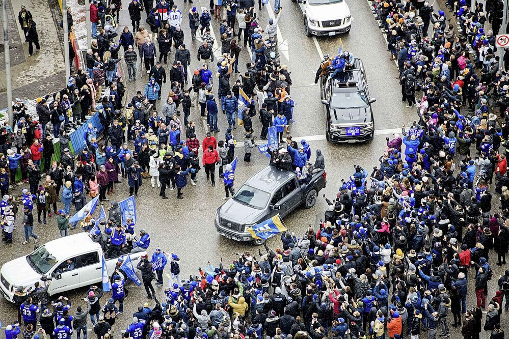 Winnipeg streets were packed with hundreds of Bombers fans that came out to cheer on the Grey Cup champions. (Mike Sudoma / Winnipeg Free Press)  -