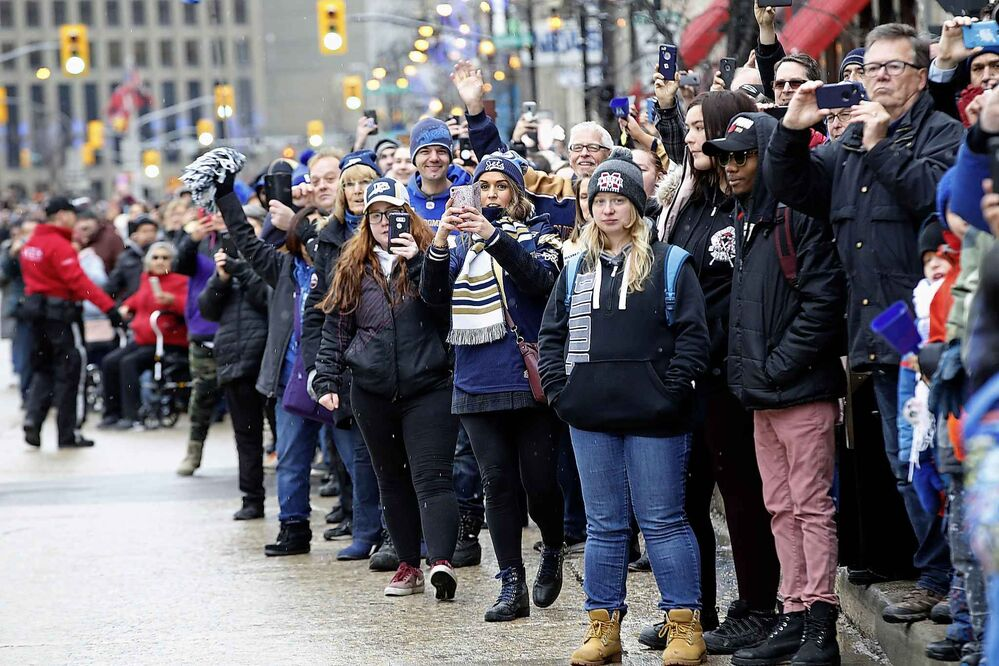 Winnipeggers crowd the downtown streets.  (John Woods / The Canadian Press) - CP