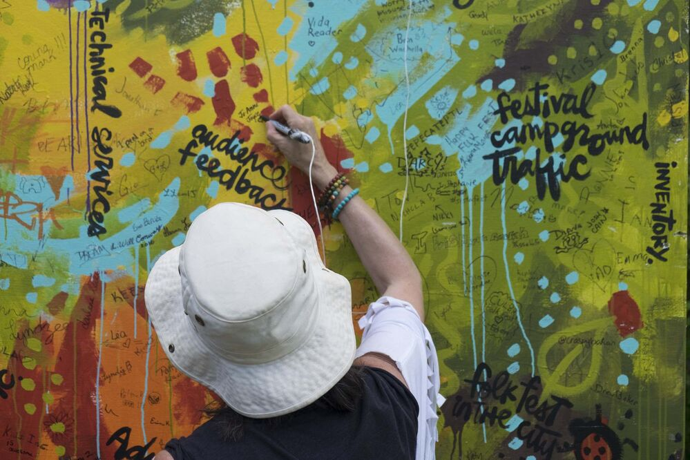 ZACHARY PRONG / WINNIPEG FREE PRESS<br>A guest signs a painting.<br> -