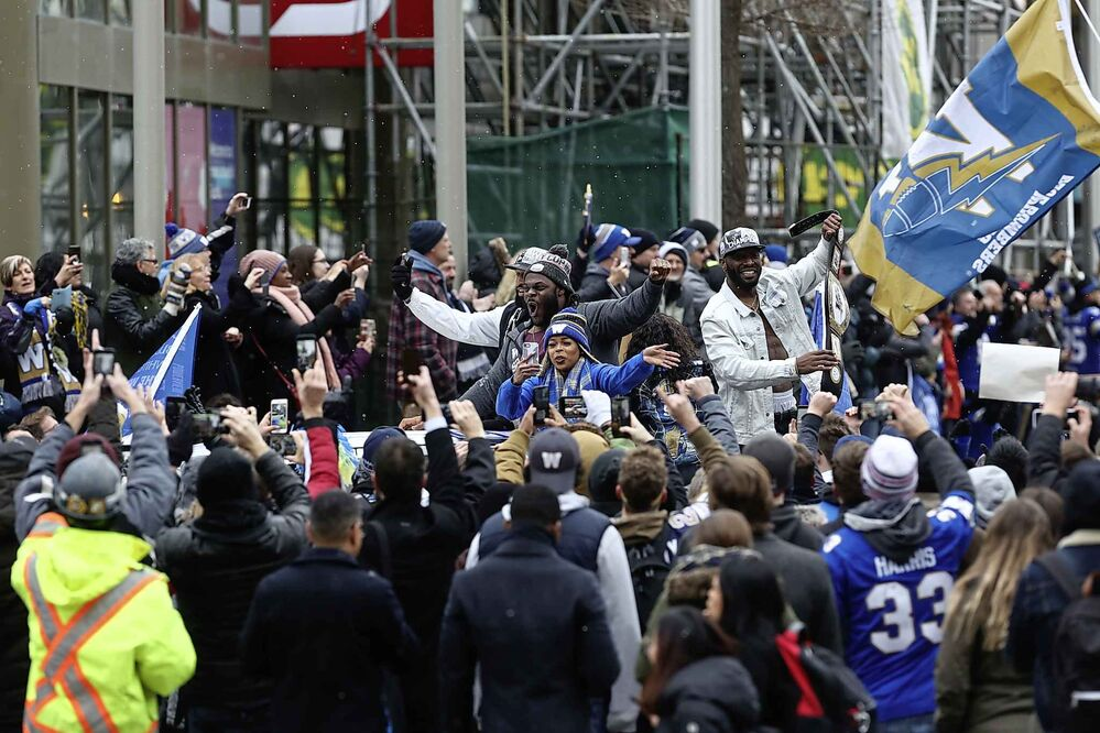 Fans celebrate at the Grey Cup parade.  (Ruth Bonneville / Winnipeg Free Press) -