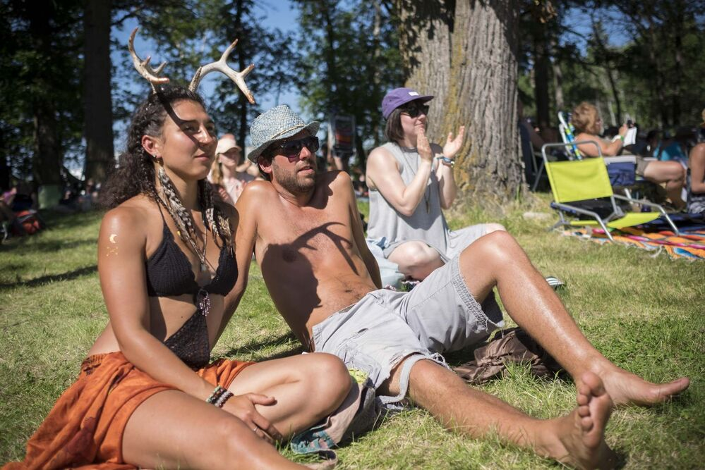 ZACHARY PRONG / WINNIPEG FREE PRESS<br>Grace Boyd and Brian Lorraine listening to live music at Folkfest on Friday. -