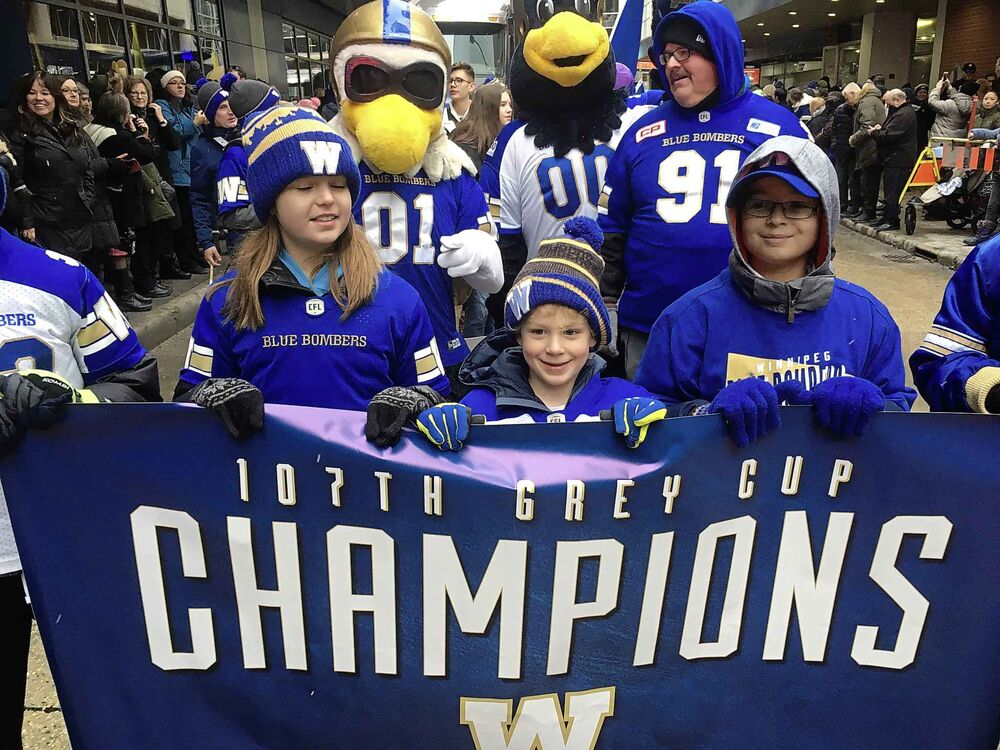 Fans celebrate at the Grey Cup parade. (Ruth Bonneville / Winnipeg Free Press)