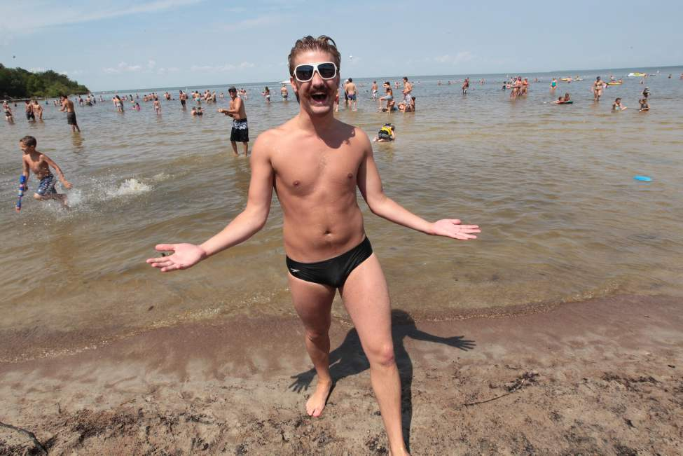 Tim MaAllister enjoys the great weather at Grand Beach on the August long weekend. (JOE BRYKSA / WINNIPEG FREE PRESS)