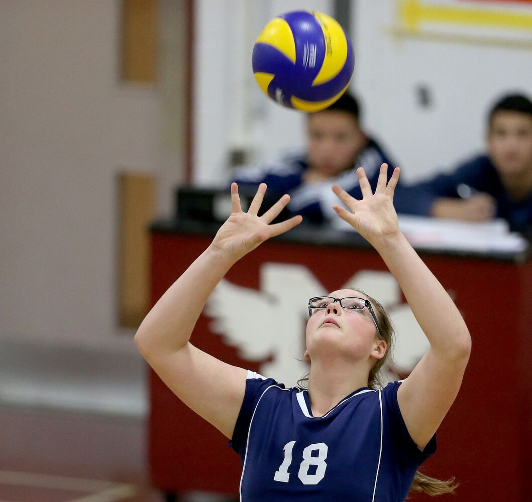 Grant Park Pirates' Bryn Schmidt sets the ball. (TREVOR HAGAN / WINNIPEG FREE PRESS)
