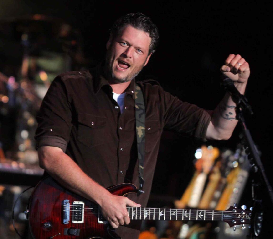 Blake Shelton gives the Countryfest crowd what they like. (BORIS MINKEVICH / WINNIPEG FREE PRESS)