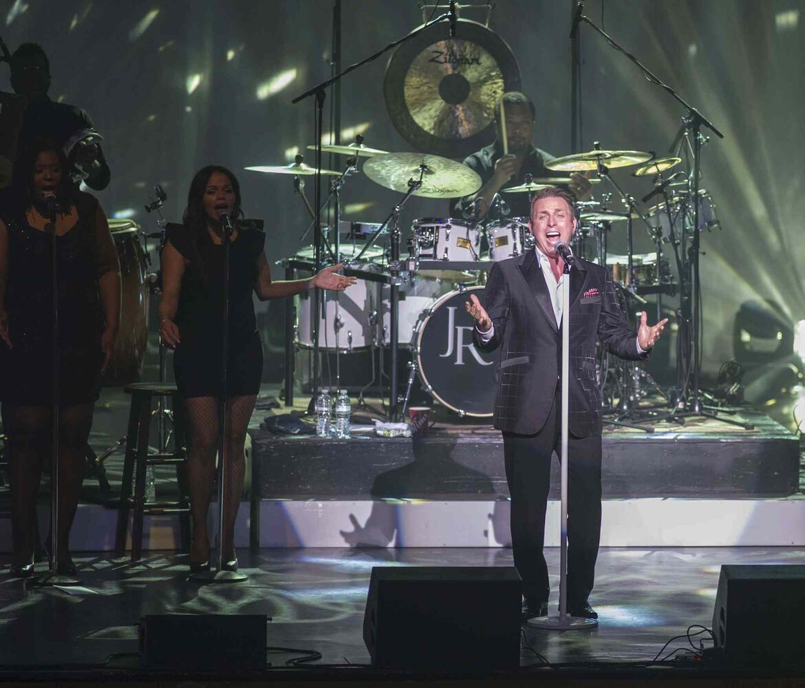 Johnny Reid sings a Christmas carol. (DAVID LIPNOWSKI / WINNIPEG FREE PRESS)