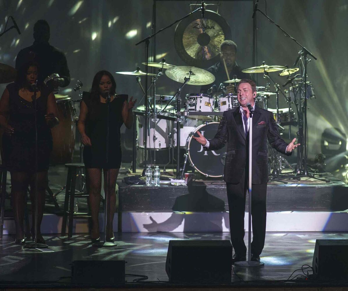 Drummer provides the beat for Johnny Reid. (DAVID LIPNOWSKI / WINNIPEG FREE PRESS)