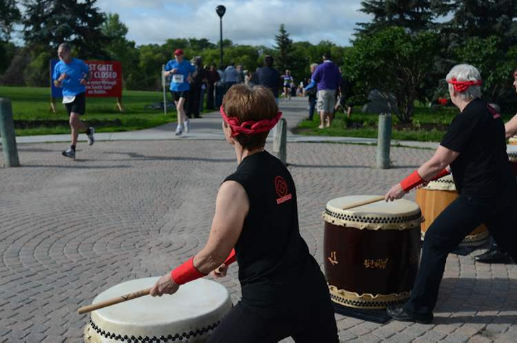 Drummers perform along the marathon route. (COLE BREILAND / WINNIPEG FREE PRESS)