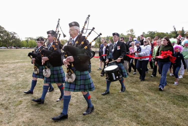A procession makes its way to the starting line for the beginning of the 32nd Annual Terry Fox Run at Assiniboine Park Sunday morning. (MIKE DEAL / WINNIPEG FREE PRESS)