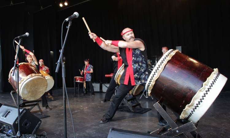 Fubuki Daiko performs during the pre-run festivities at the 32nd Annual Terry Fox Run at the Assiniboine Park Sunday morning. (MIKE DEAL / WINNIPEG FREE PRESS)