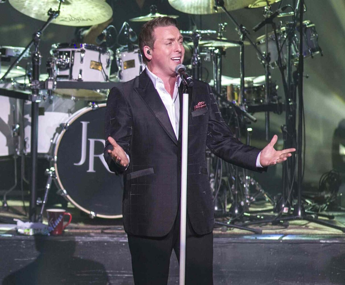 Johnny Reid belts out a Christmas tune. (DAVID LIPNOWSKI / WINNIPEG FREE PRESS)