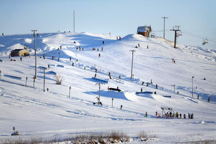 With temperatures around -15 C on Saturday, skiers and snowboarders took to the hill for an afternoon of thrills. (TREVOR HAGAN / WINNIPEG FREE PRESS) (TREVOR HAGAN / WINNIPEG FREE PRESS)
