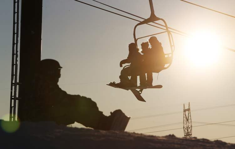 Skiers and snowboarders took advantage of the mild weather by hitting the slopes at Springhill Saturday. (TREVOR HAGAN / WINNIPEG FREE PRESS) (Trevor Hagan / Winnipeg Free Press)