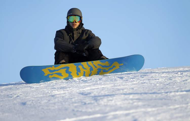 A snowboarder takes it all in. (TREVOR HAGAN / WINNIPEG FREE PRESS) (TREVOR HAGAN / WINNIPEG FREE PRESS)