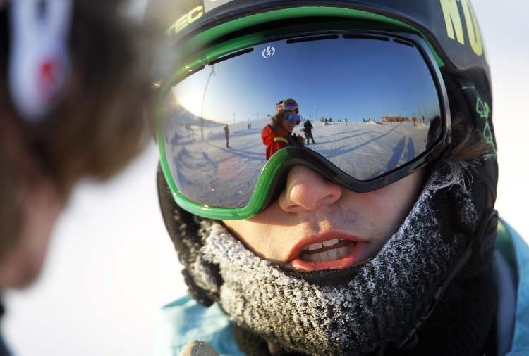 Snowboarder Hunter Schur, 15, chats with his friend, Joseph Kelly, 18. (TREVOR HAGAN/WINNIPEG FREE PRESS) (TREVOR HAGAN / WINNIPEG FREE PRESS)