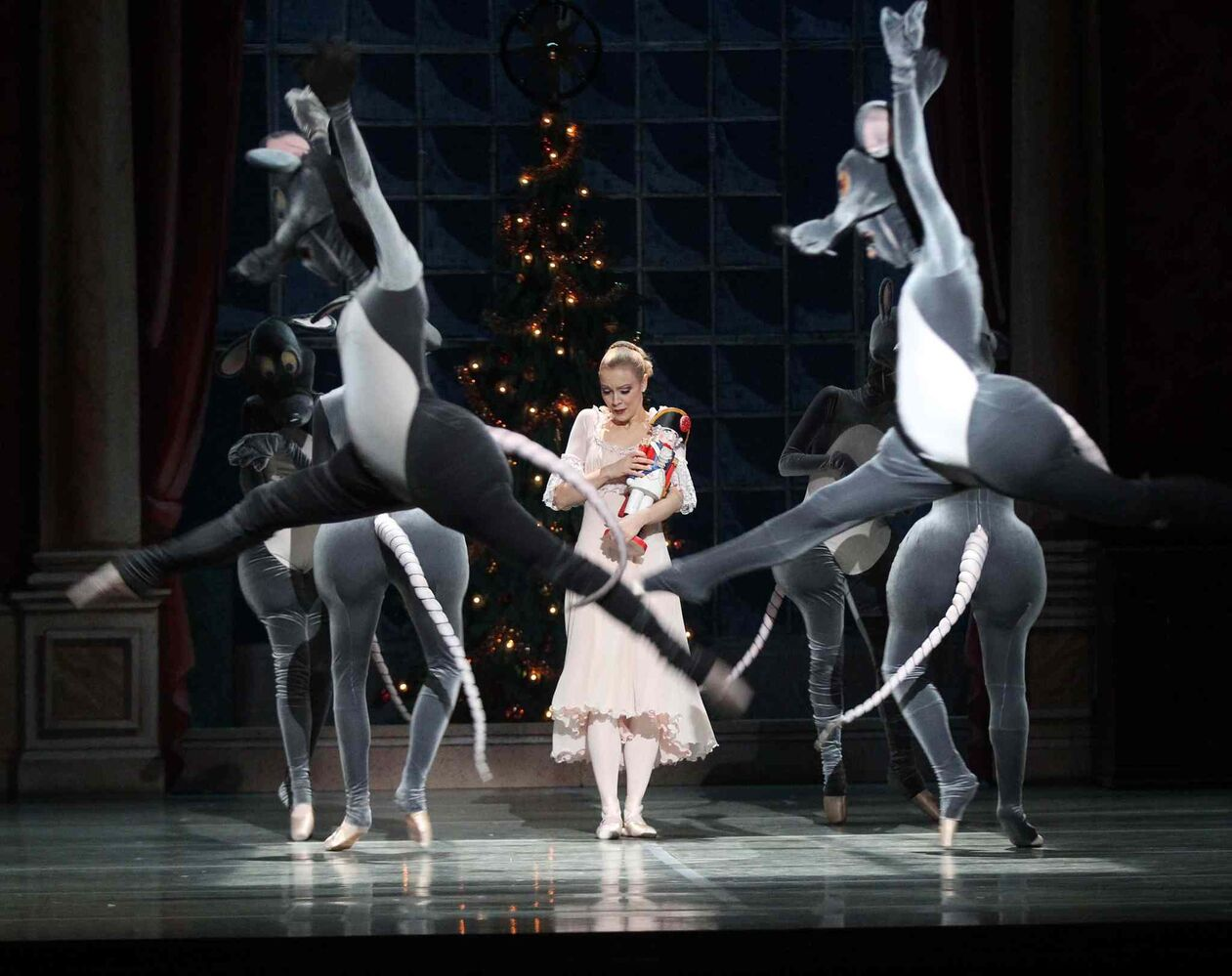 Canada's Royal Winnipeg Ballet production of the Nutcracker runs until Dec. 29 at the Centennial Concert Hall. (Joe Bryska / Winnipeg Free Press)