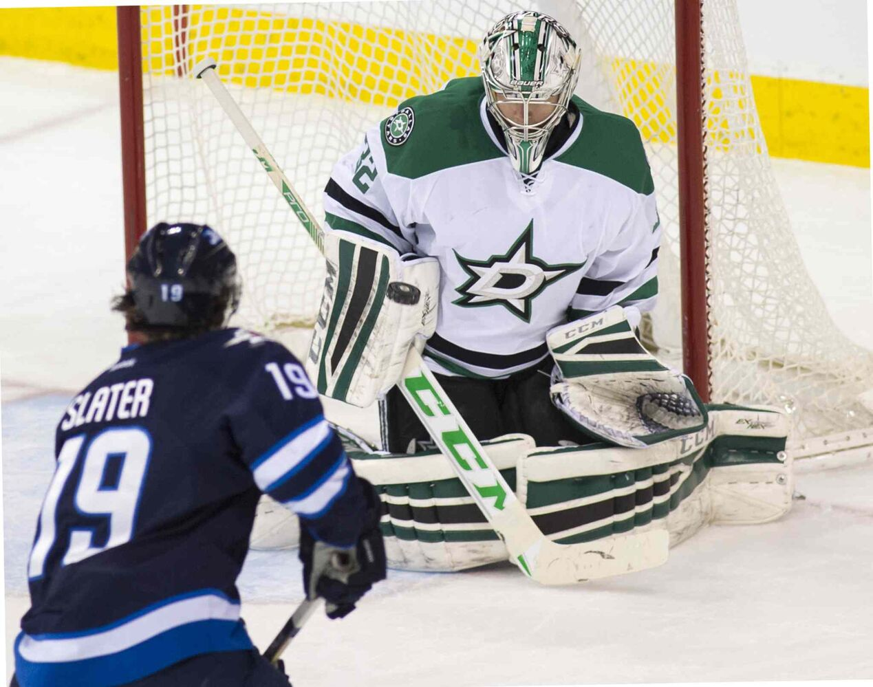Dallas Stars goaltender Kari Lehtonen (#32) blocks a shot from Winnipeg Jets Jim Slater (#19) during first period. (DAVID LIPNOWSKI / WINNIPEG FREE PRESS)