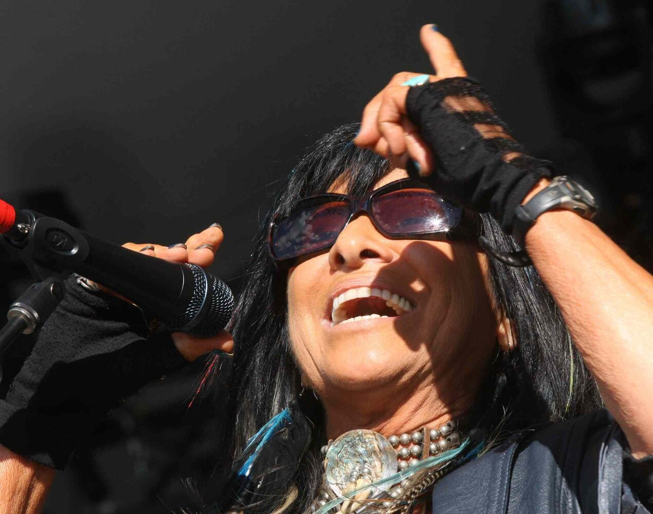 Buffy Sainte-Marie opens the Winnipeg Folk Festival Main Stage Friday night. (Joe Bryksa / Winnipeg Free Press)