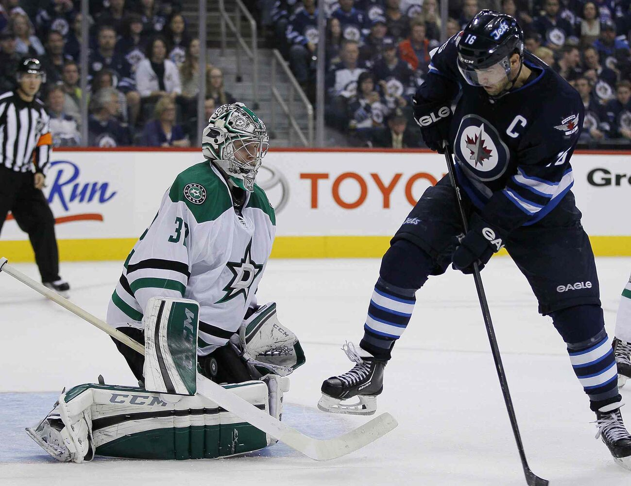 Andrew Ladd's deflection is stopped by Dallas Stars goaltender Kari Lehtonen (32) during the second period.