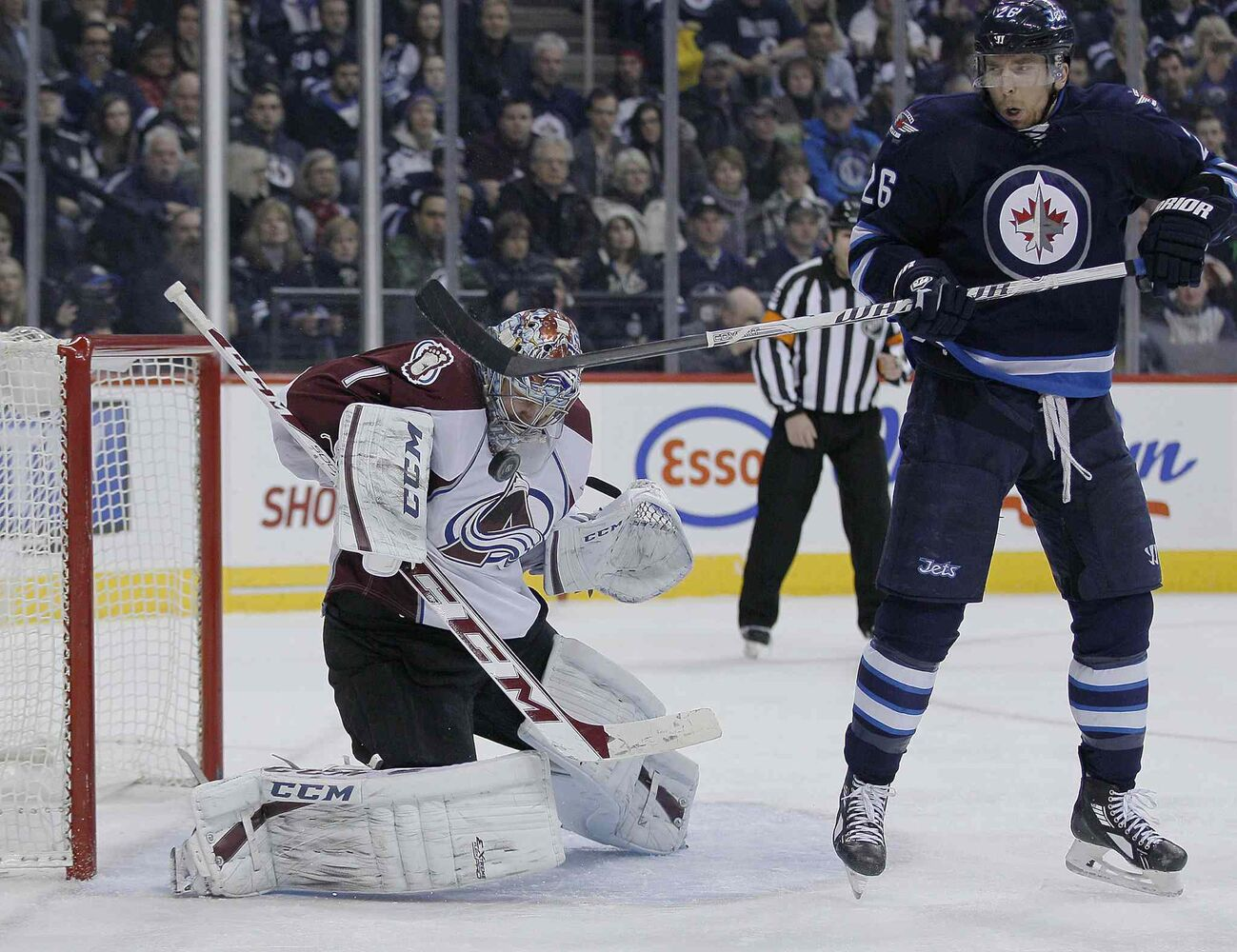 Blake Wheeler (right) tries a similar deflection in front of Varlamov during the second period. (JOHN WOODS / THE CANADIAN PRESS)
