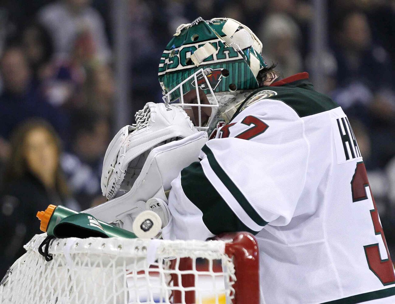 Minnesota Wild goaltender Josh Harding takes a breather during the second period. (John Woods / The Canadian Press)
