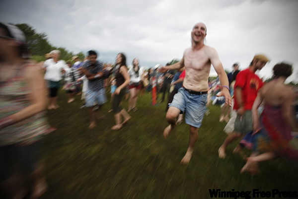 Festival goers dance. (JOHN WOODS / THE CANADIAN PRESS)
