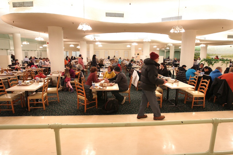 Diners fill the Paddlewheel Restaurant for one last meal before it closes Thursday. (Ruth Bonneville / Winnipeg Free Press)