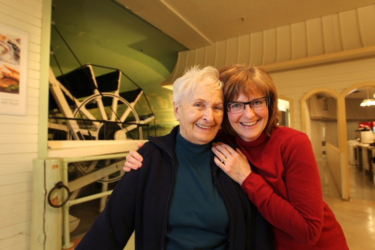 Gladys Anderson and her daughter Janet Siemens have been coming to the Paddlewheel Restaurant since Janet was a baby. (Ruth Bonneville / Winnipeg Free Press)