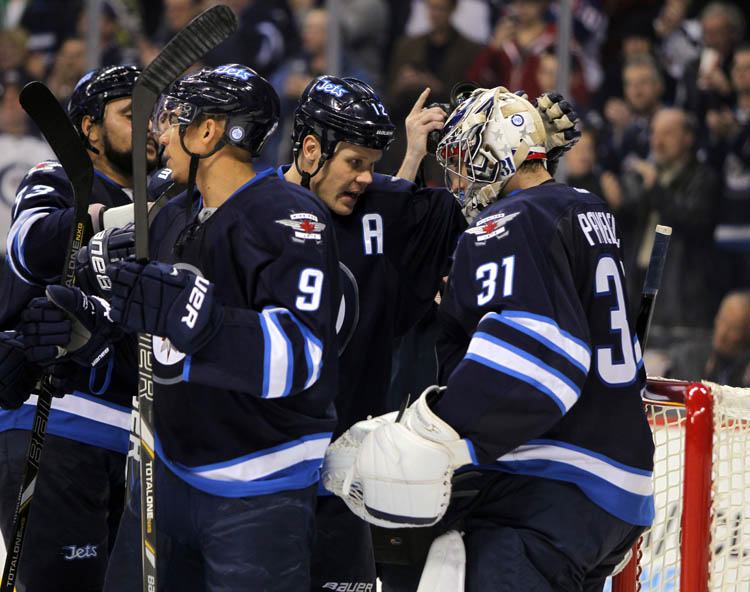Olli Jokinen (centre) congratulates Ondrej Pavelec on the 4-2 win over the Pittsburgh Penguins. (Boris Minkevich / Winnipeg Free Press)