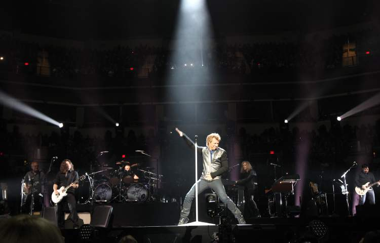Jon Bon Jovi strikes a pose at the MTS Centre Friday night. (JOE BRYKSA / WINNIPEG FREE PRESS)