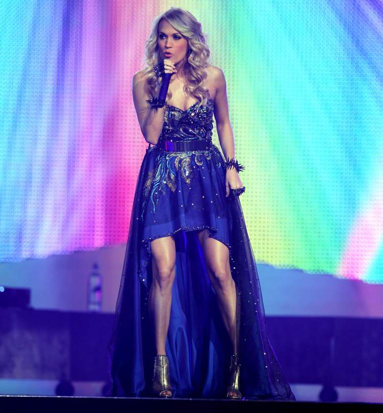 Carrie Underwood struts her stuff. (BORIS MINKEVICH / WINNIPEG FREE PRESS)