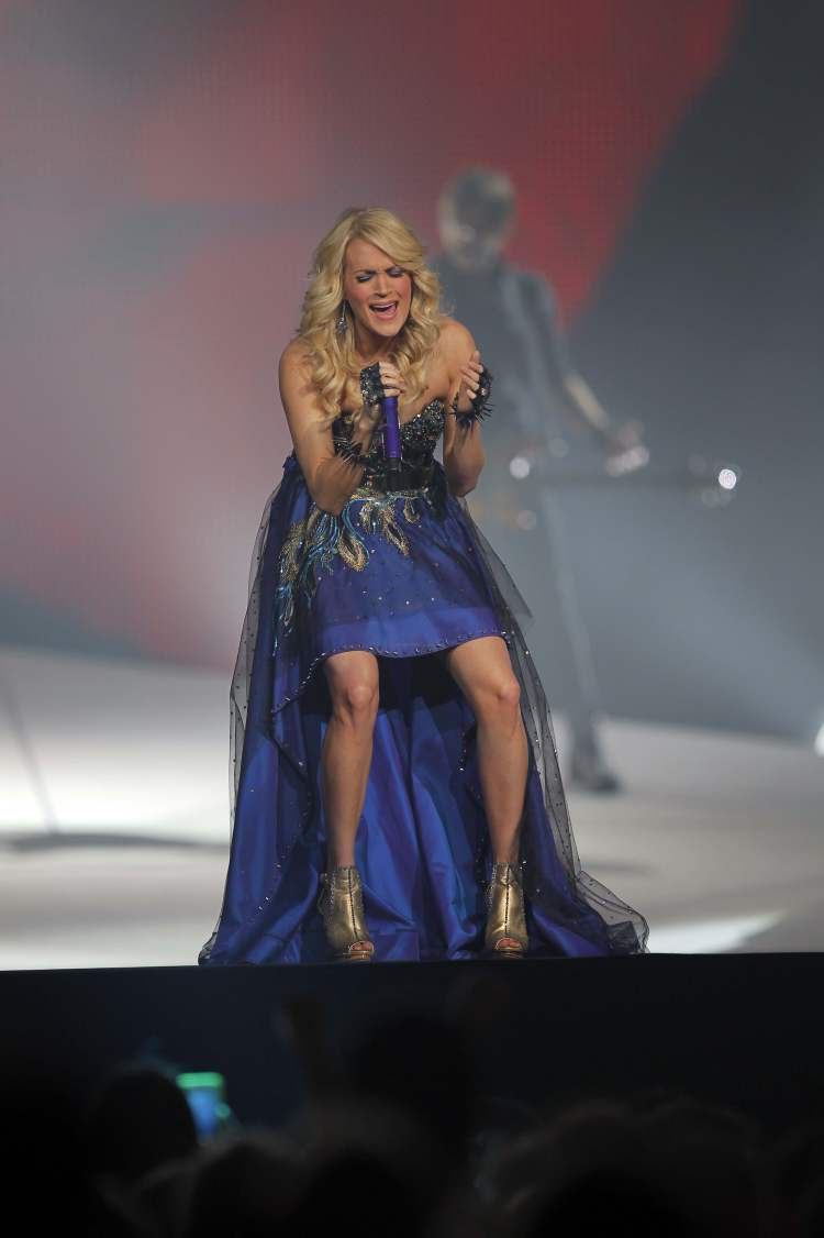 Carrie Underwood belts out one of her hits. (BORIS MINKEVICH / WINNIPEG FREE PRESS)