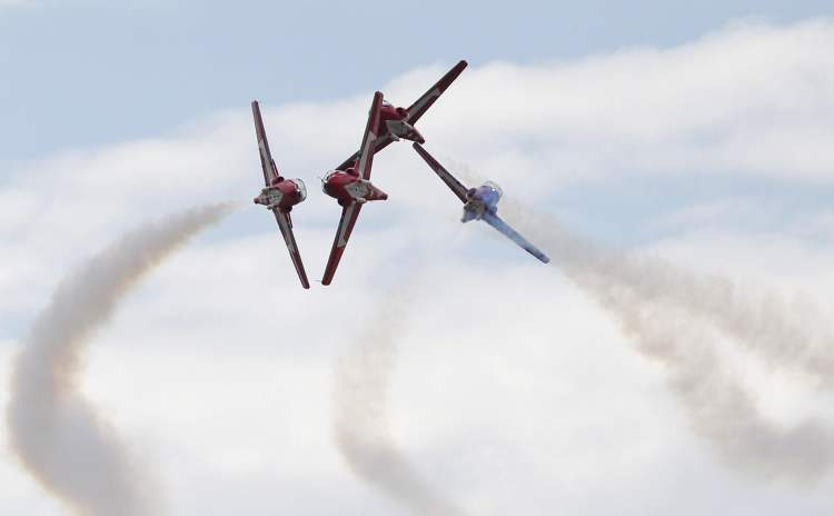 The Royal Canadian Air Force's 431 Squadron Snowbirds flying team performs. (BORIS MINKEVICH / WINNIPEG FREE PRESS)