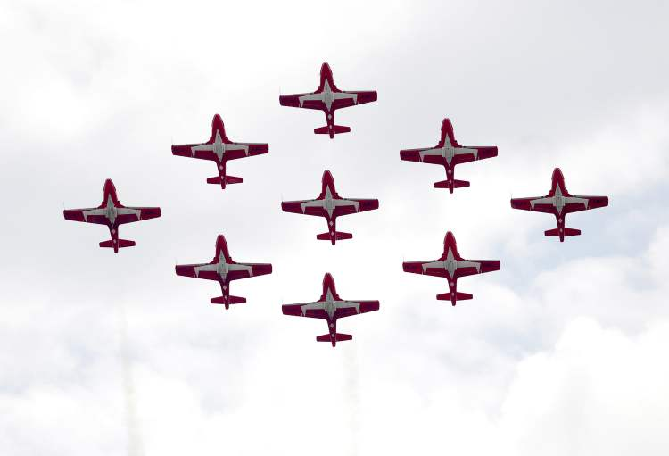 The Royal Canadian Air Force's 431 Squadron Snowbirds flying team. (BORIS MINKEVICH / WINNIPEG FREE PRESS)