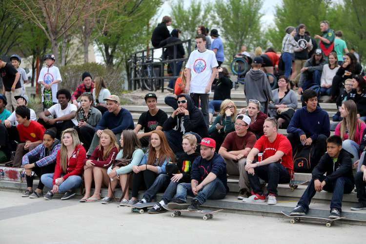 Skateboarders and onlookers watch participants the Skate4Cancer skateboarding competition. (TREVOR HAGAN / WINNIPEG FREE PRESS)