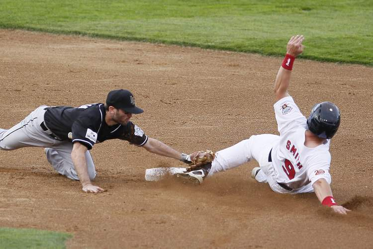 Tim Smith (9) of the Winnipeg Goldeyes gets tagged out by Philip Incaviglia (4) of the Laredo Lemurs. (John Woods / Winnipeg Free Press)