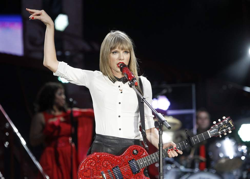 Taylor Swift performs at Investors Group Field, Saturday, June 22, 2013.  (Trevor Hagan / Winnipeg Free Press)