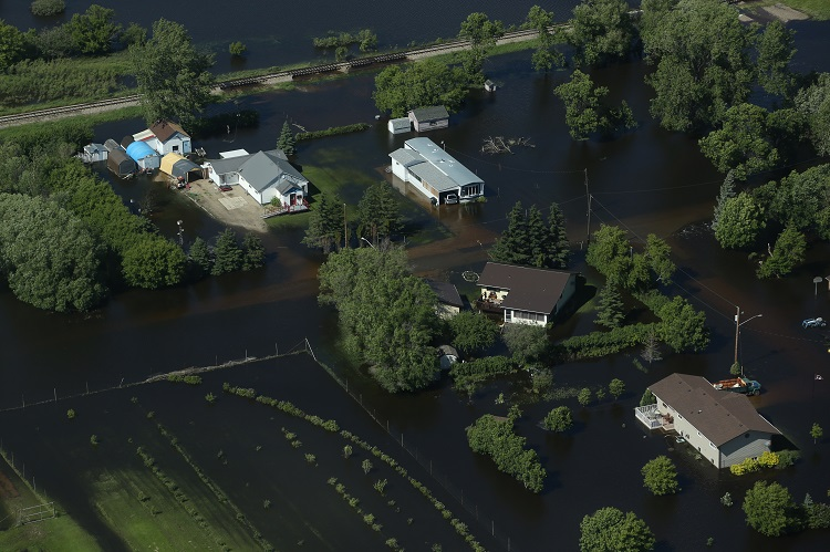 Homes are completely surrounded by water. (Tim Smith / Brandon Sun)