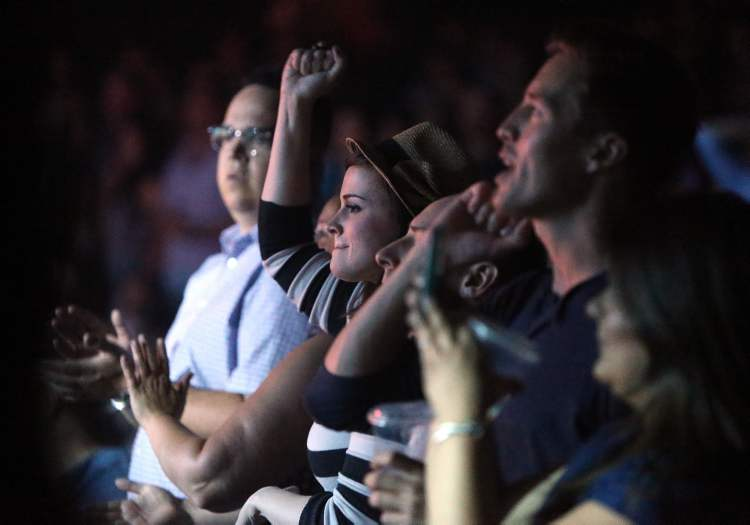 The crowd reacts as Counting Crows perform. (Jason Halstead / Winnipeg Free Press)