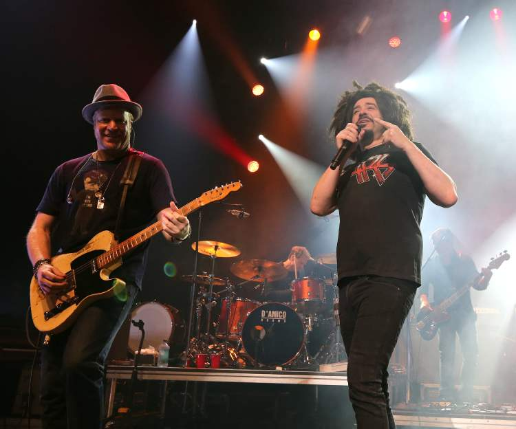 Counting Crows singer Adam Duritz (right), guitarist Dan Vickrey and the rest of the band rock the Centennial Concert Hall. (Jason Halstead / Winnipeg Free Press)