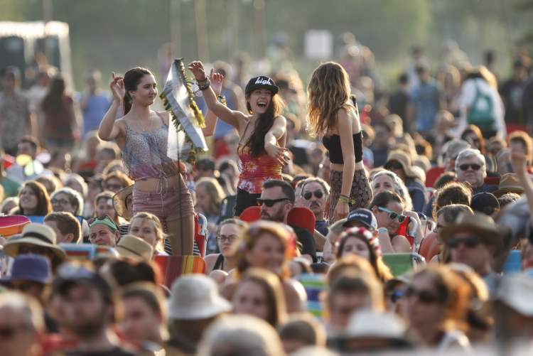 The crowd gets moving to the Avett Brothers. (JESSICA BURTNICK / WINNIPEG FREE PRESS)