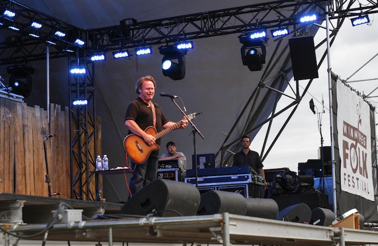 Martin Sexton performs on the mainstage Saturday. (JESSICA BURTNICK / WINNIPEG FREE PRESS)
