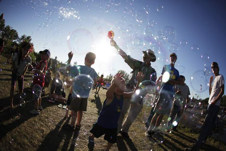 The sky fills with bubbles as the sun creeps closer to setting. (John Woods / Winnipeg Free Press)