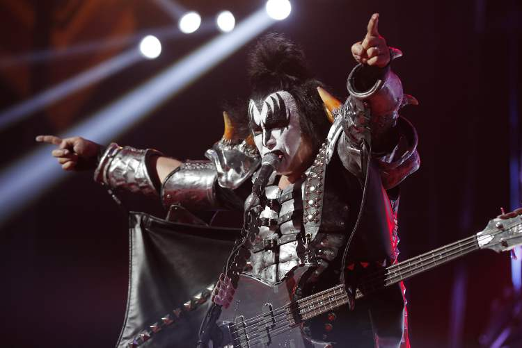 Gene Simmons lets the crowd know what's what. (John Woods / Winnipeg Free Press)