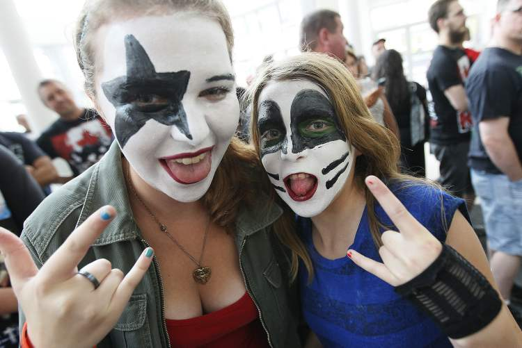 Keara and Arianna Chisholm are ready to rock. (John Woods / Winnipeg Free Press)
