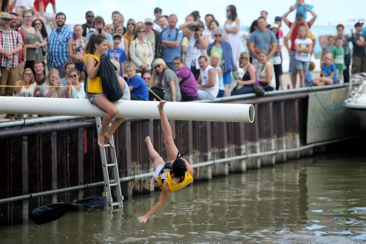 Both male and female competitors had a go at the Islendingadunk. (TREVOR HAGAN / WINNIPEG FREE PRESS)